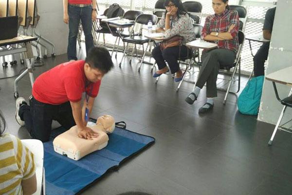 Pelatihan P3K di Sekolah Mawar Sharon Surabaya